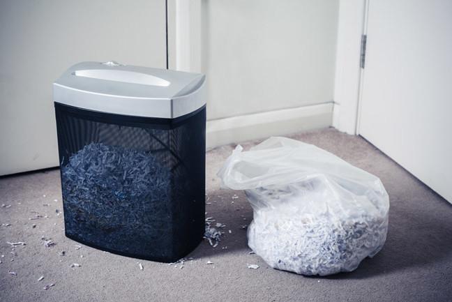 Niszczarka dokumentów wypełniona zniszczonym papierem